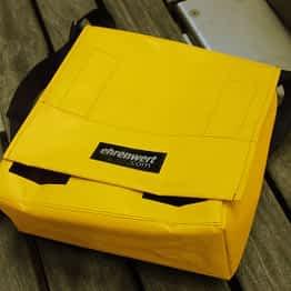 kleine Messengerbag in gelb mit schwarzem Gurt