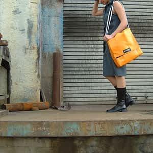 mittelgroße Umhängetasche in der Farbe orangina